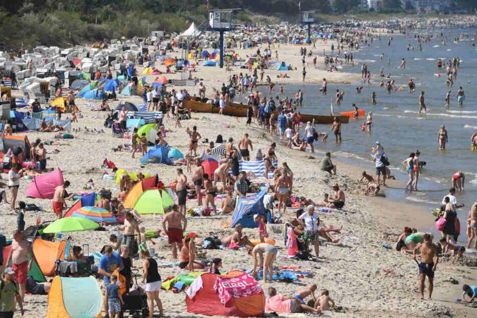 Urlauber am Strand auf Rügen. (Symbolbild)