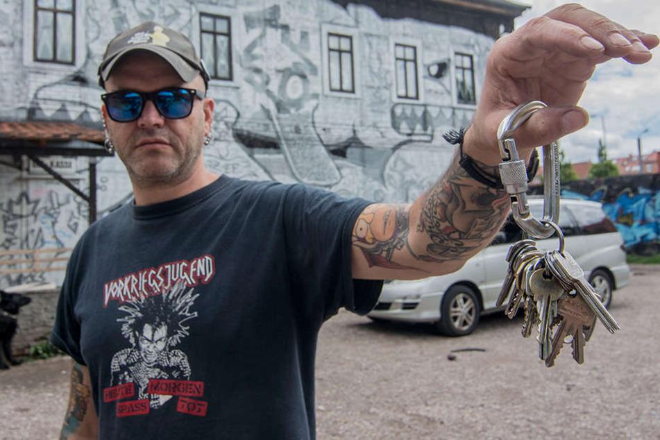 Sozialarbeiter Mario (44) hielt den Beamten den Schlüsselbund regelrecht vor die Nase.