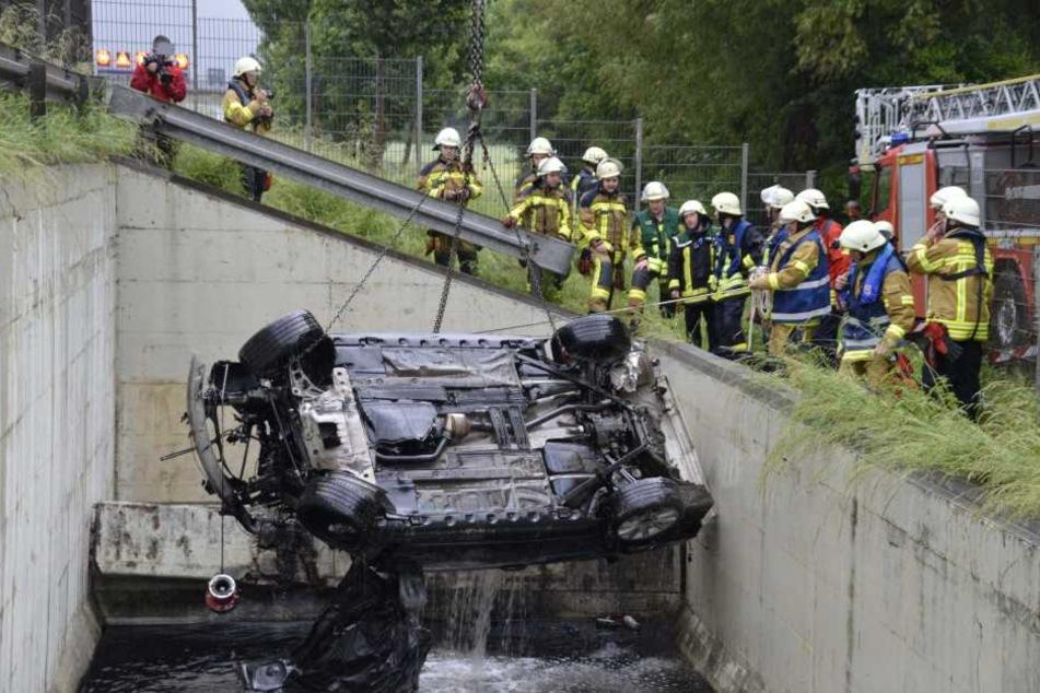 Zwei Insassen konnten sich aus dem sinkenden Fahrzeug retten. Für einen Mann kam jede Hilfe zu spät.