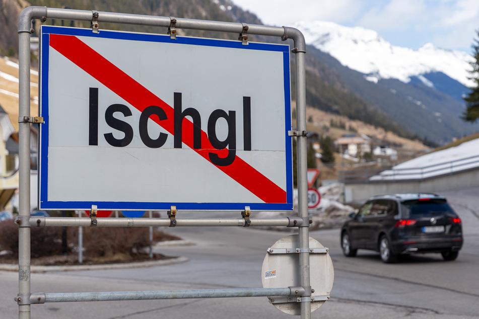 Ein Ortsschild steht am Ausgang der Ortschaft Ischgl.