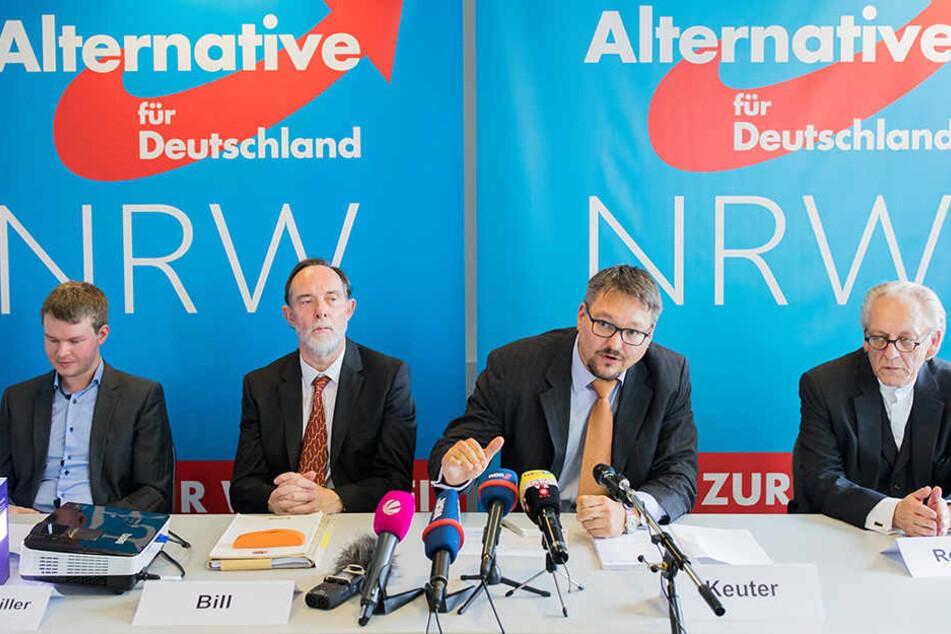 Mathematiker Michael Espendiller (li./AfD), Rechtsanwalt Christian Bill, Martin Renner, Sprecher der NRW-AfD und Stefan Kreuter (AfD) äußern sich zum Einspruch.