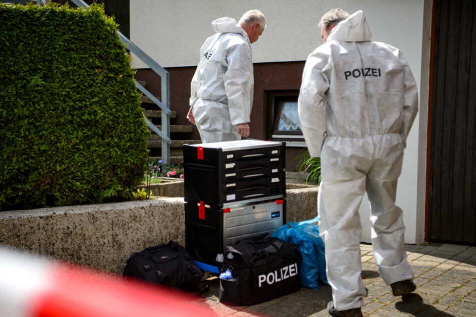 Die Polizei sicherte Spuren in dem Haus, in dem am Vortag ein Siebenjähriger Junge tot aufgefunden wurde.