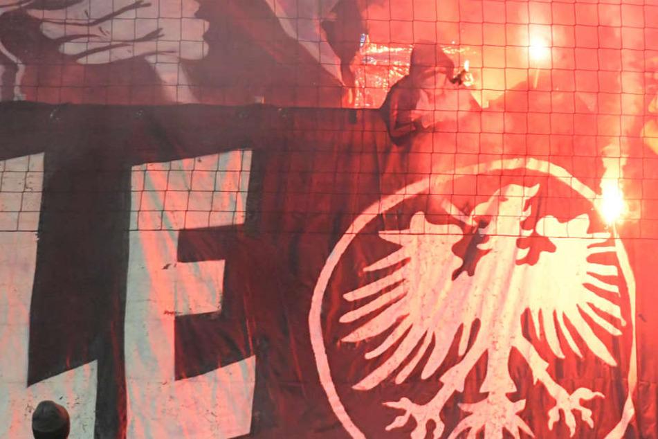 Anhänger von Eintracht Frankfurt zündeten vor der Partie verbotene Pyrotechnik.