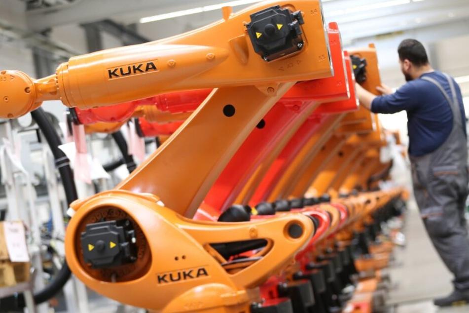 Roboter sollen künftig einige Arbeitsprozesse übernehmen und so den menschlichen Arbeitnehmer ersetzen. (Symbolbild)