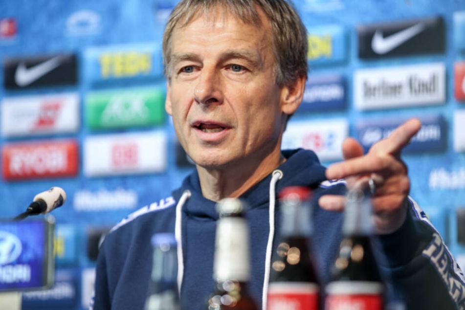 Herthas Trainer Jürgen Klinsmann spricht auf der Pressekonferenz vor dem Spiel gegen den 1. FC Bayern München.