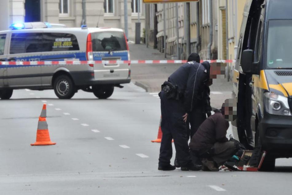 Polizei und Mitarbeiter des Landeskriminalamts rückten am Samstagvormittag wegen eines verdächtigen Koffers nach Wurzen aus.