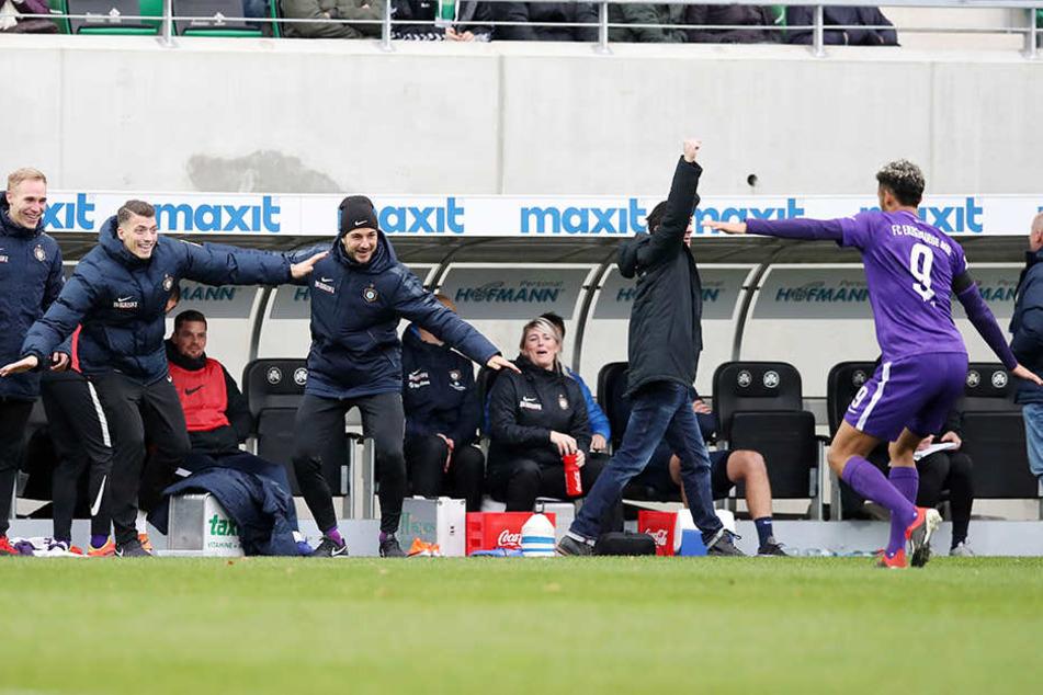 Ein Tänzchen mit den Kollegen: Emmanuel Iyoha (r.) feiert sein Tor zum 4:0 mit Pascal Testroet, Florian Krüger, Nicolai Rapp und Filip Kusic.
