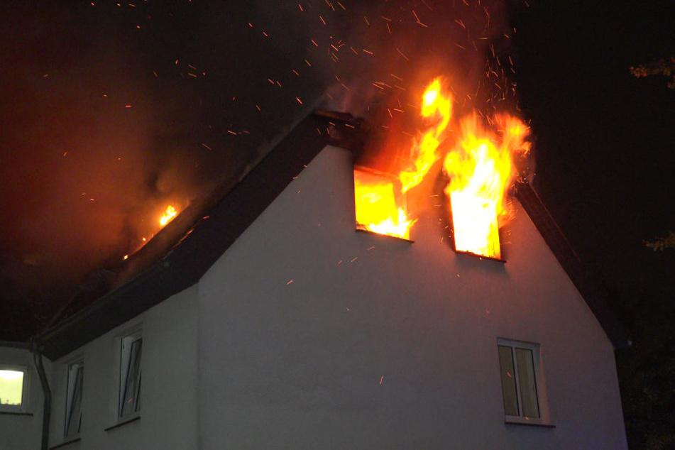 Die Unterkunft brannte im Dachstuhl aus.