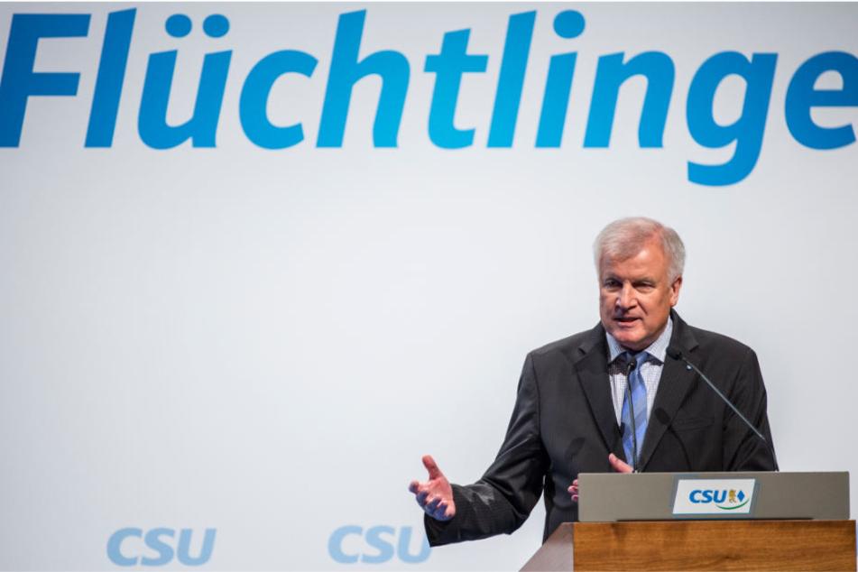 Horst Seehofer (CSU), damals Ministerpräsident von Bayern, spricht beim CSU-Kongress zur Flüchtlingspolitik.