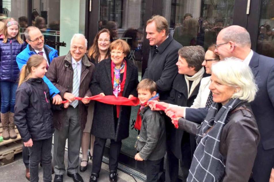 OB Burkhard Jung (hinten rechts) und die Bildungsministerin Brunhild Kurth (Mitte vorn) weihten die Grundschule ein.
