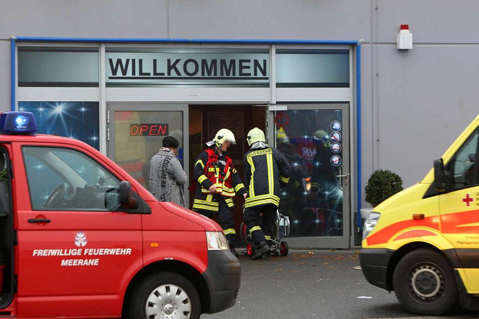 Die Rettungskräfte kamen mit mehreren Fahrzeugen zur Spielothek.