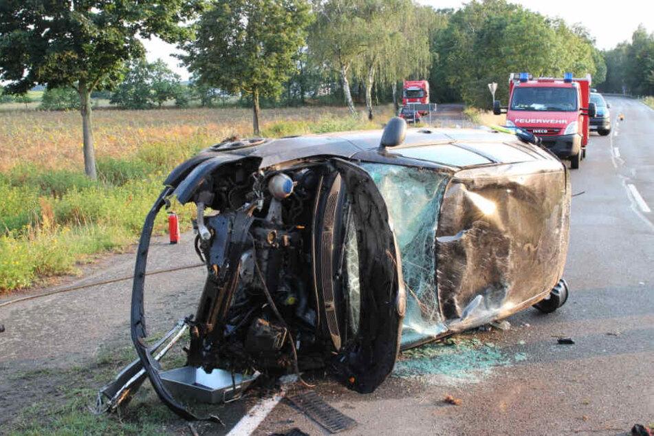 Auto überschlägt sich bei heftigem Unfall, Straße voll gesperrt