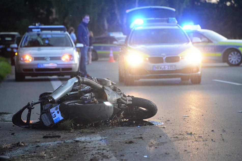 Motorrad prallt gegen Baum: Biker stirbt