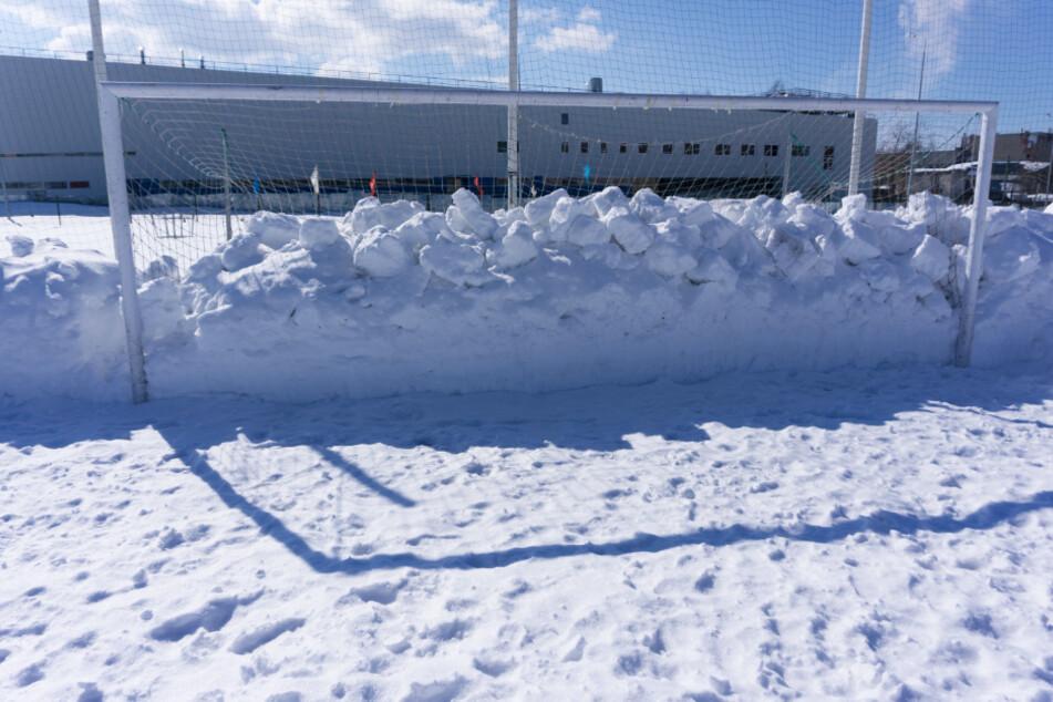 Profiklub spielt bei Schnee in weißen Trikots: Zuschauer sehen nicht mehr durch!