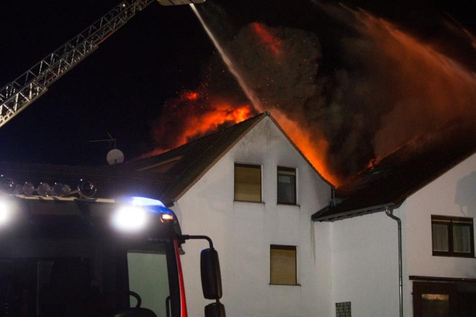 Rund 100 Einsatzkräfte waren vor Ort, um den Brand zu löschen.