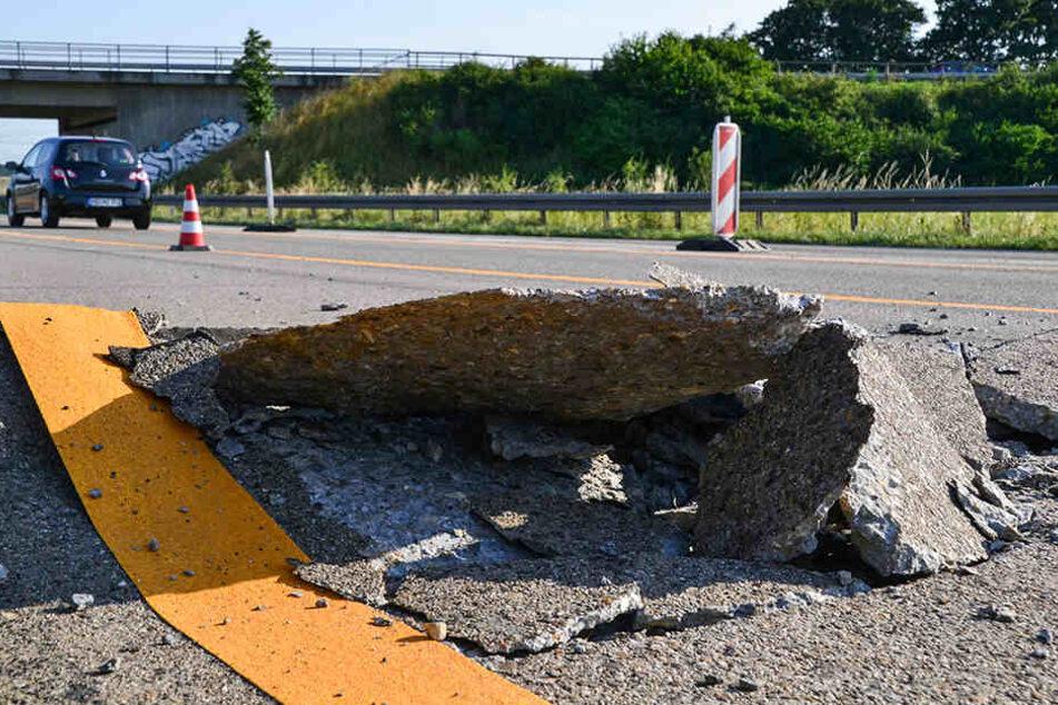 Beschädigte Straßen können bei der Polizei oder Autobahnmeisterei gemeldet werden.
