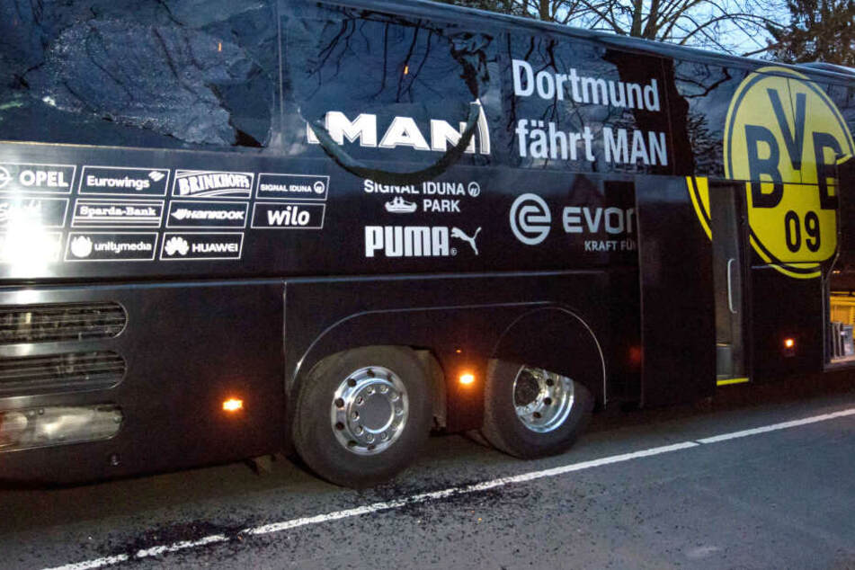 Am beschäftigten Bus des BVB ist deutlich zu sehen, wo die Bombe ihre Spuren hinterließ. Der Spanier Marc Bartra wurde schwer am Arm verletzt.