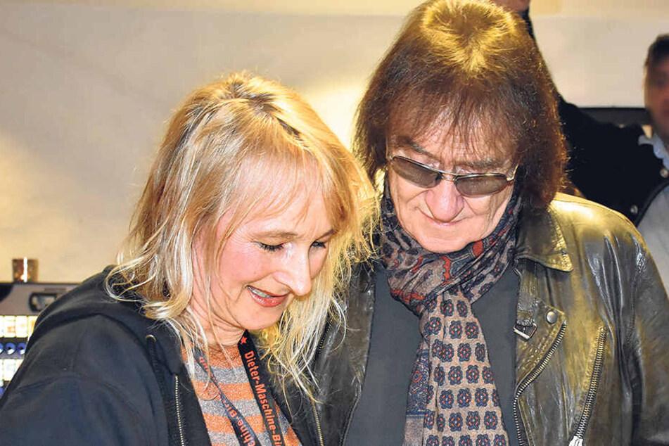 """Fanclub-Mitlglied Katrin Piel überreichte Dieter """"Maschine"""" Birr zum 75. Geburtstag eine Urkunde zur Tierpatenschaft."""