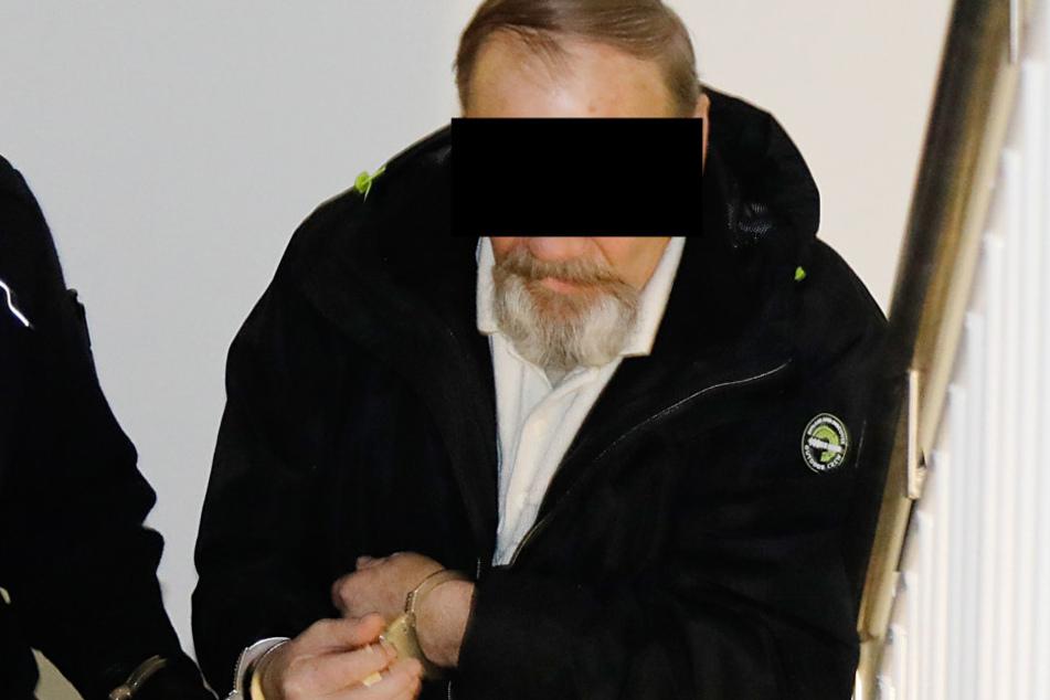 Viktor D. (67) wird in den Gerichtssaal geführt.