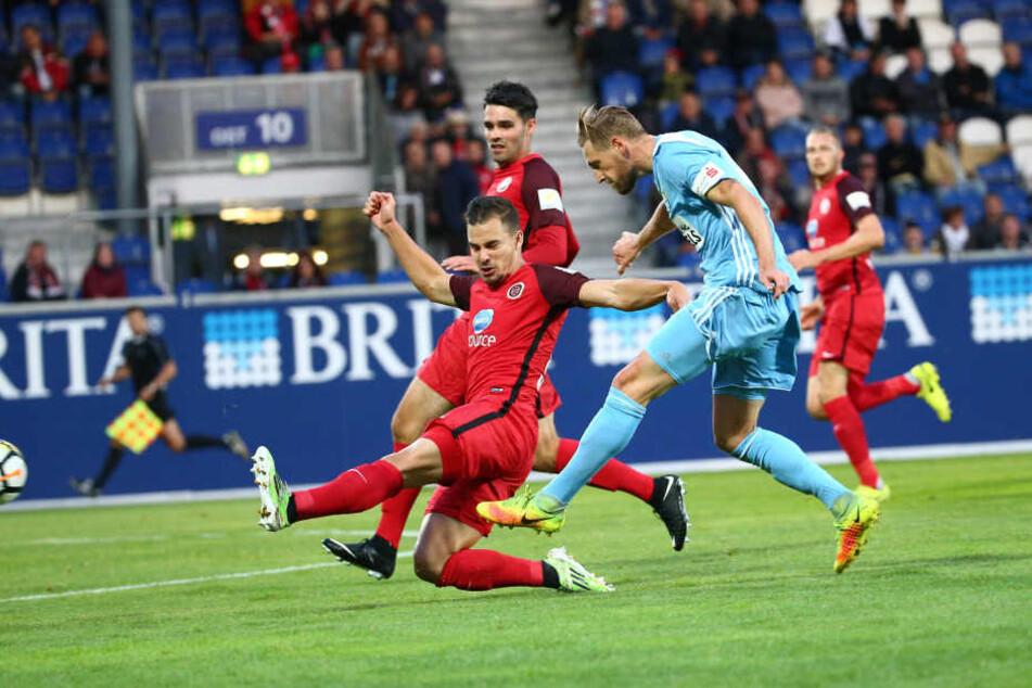 Treffer zum 0:1 durch Torschütze Björn Kluft (re., Chemnitz).