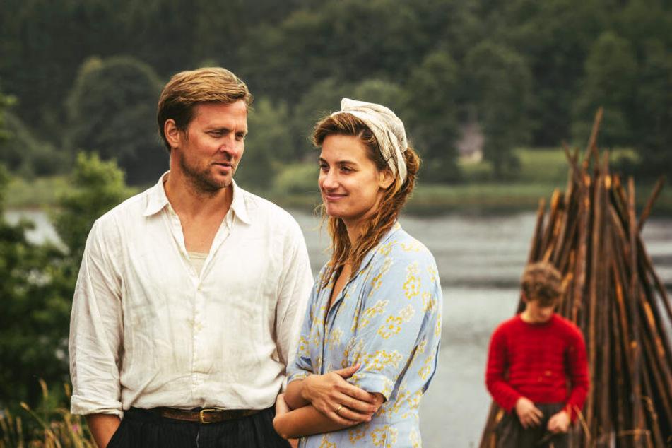 Tronds Vater (l., Tobias Santelmann) hilft Jons Mutter (M., Danica Curcic) in einer schweren Lebensphase. Der jugendliche Trond Sander (Jon Ranes) ist außen vor.