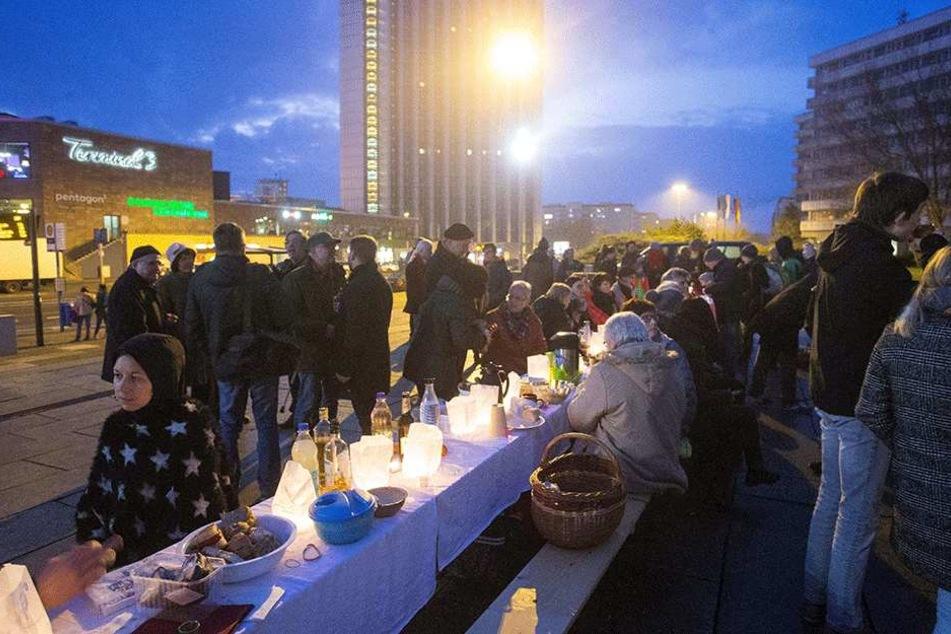 Ungewöhnliche Aktion: Das Picknick im Winter am Marx-Monument wollte Appetit auf mehr Kultur machen.