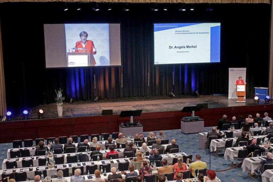 Die Mietglieder des Mieterbundes lauschten der Rede von Kanzlerin Angela Merkel.