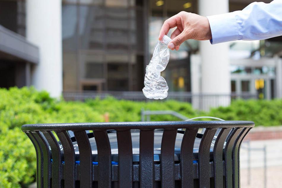 Und weg damit ... Für die Umwelt ist Plastik Gift.
