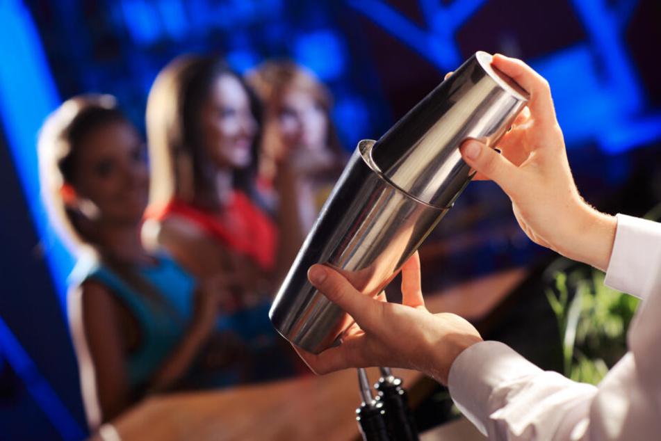 Barkeeper mischen jungen Frauen Ecstasy-Pillen in Getränke