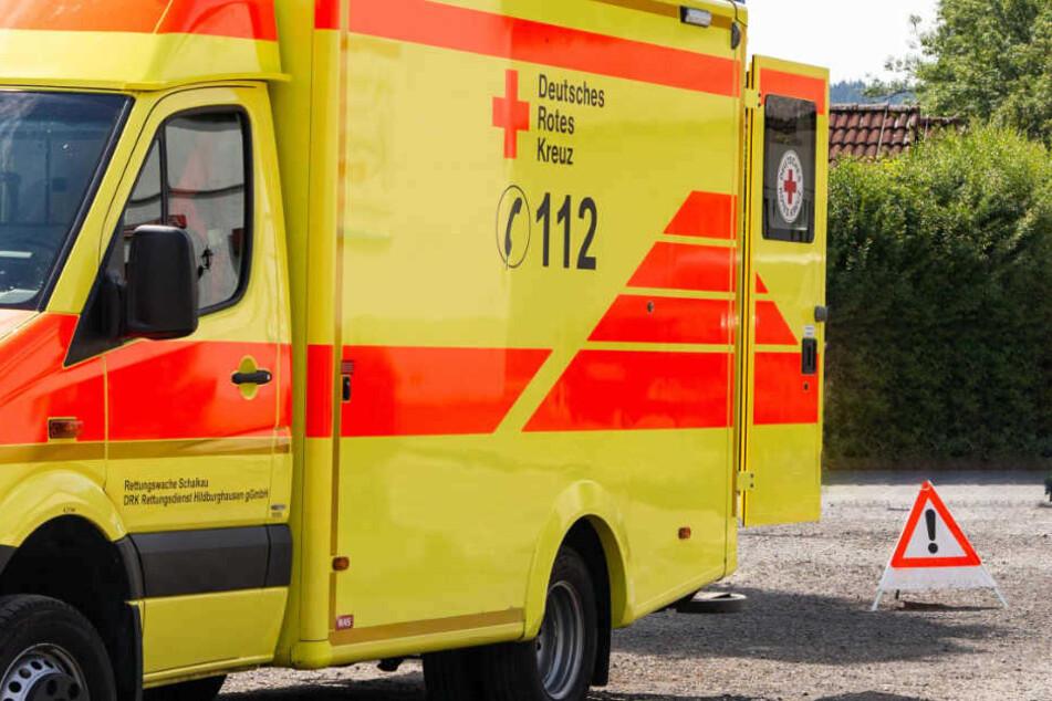 Rettungskräfte mussten den verletzten 19-Jährigen in eine Klinik bringen. (Symbolbild)