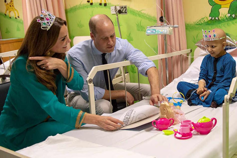 Auf der Kinderstation einer Krebsklinik tranken Prinz William (37) und Herzogin Kate (37) Tee mit der siebenjährigen Wafia.