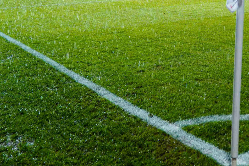 Regen tropft auf den Fußballplatz. (Symbolbild)