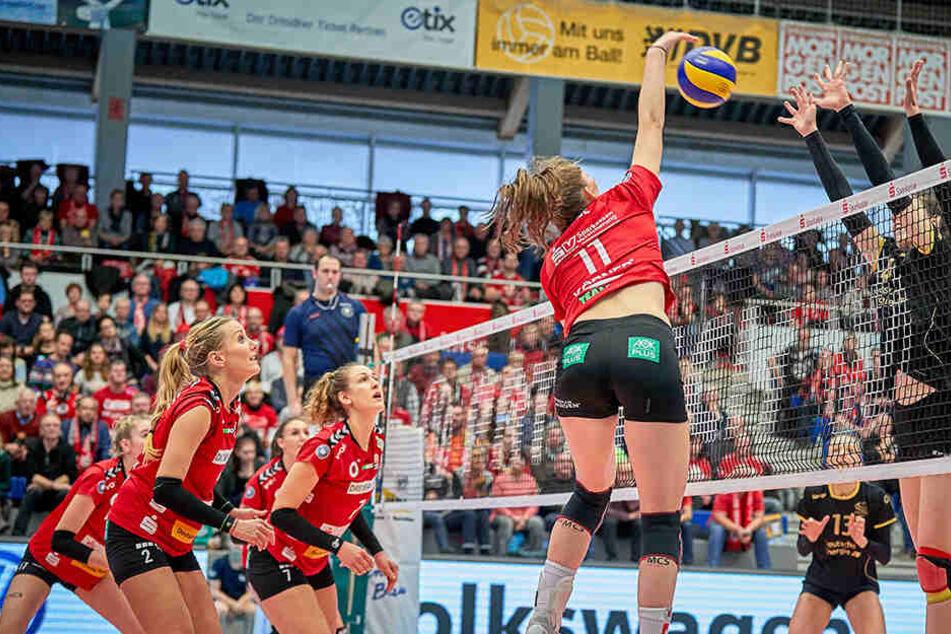 Rica Maase greift an, lässt dem Berliner Block keine Chance. Ihre Mitspielerinnen beobachten gebannt die Aktion.