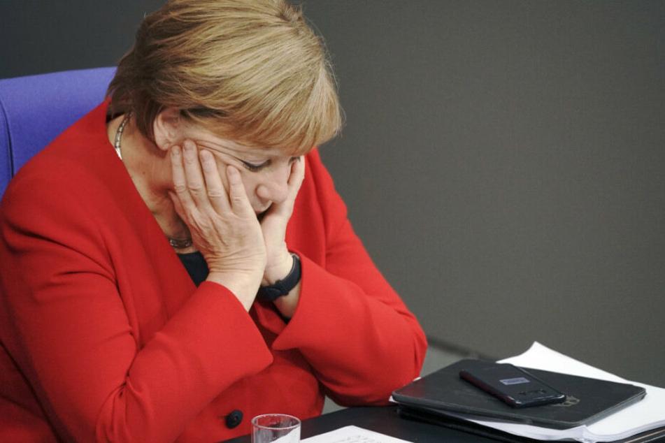 Bundeskanzlerin Angela Merkel (CDU), verfolgt im Bundestag die Generaldebatte zum Bundeshaushalt 2020.