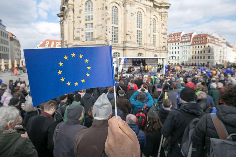 Rund 400 Menschen versammelten sich am Sonntag auf dem Neumarkt.