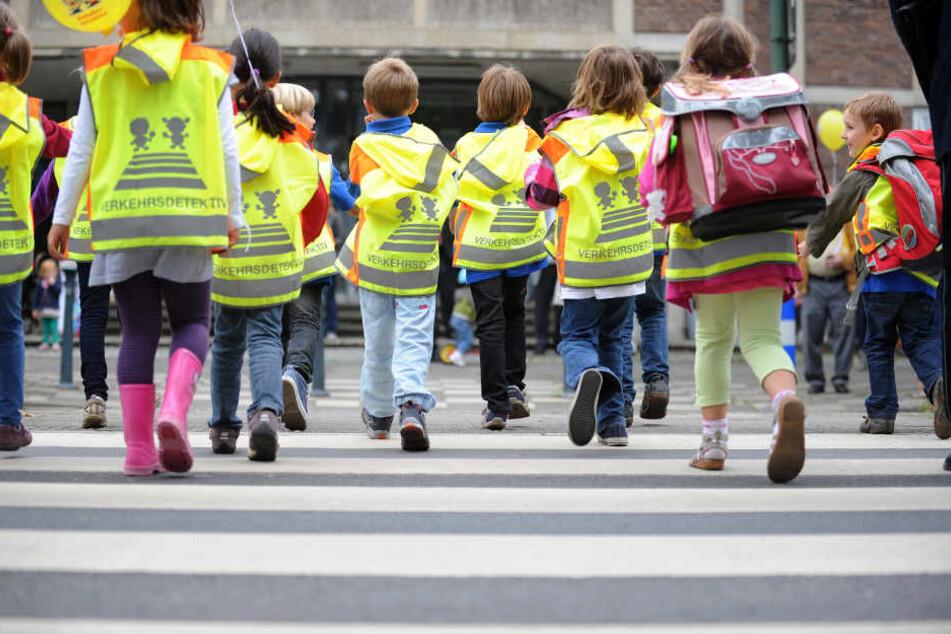 Die Grundschulkinder waren mit der Lehrerin unterwegs, als der Autofahrer wild auf sie zuraste. (Symbolbild)