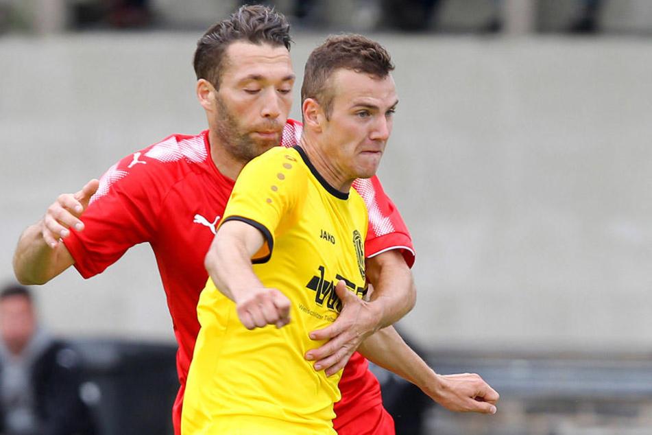 Nils Bauer (vorn in gelb) und Aykut Öztürk im Zweikampf.