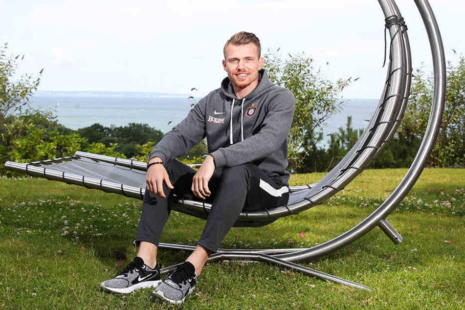 Steve Breitkreuz sitzt auf dem Gelände des Auer Teamhotels in Göhren auf einer Liegeschaukel. Aktuell macht ihm sein Knie wieder zu schaffen, dennoch hofft der routinierte Innenverteidiger der Veilchen, zum Liga-Auftakt fit zu sein.