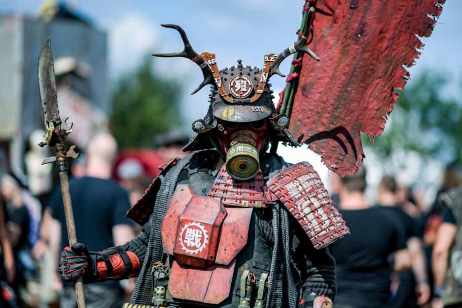 Kostüm-Künstler Joe Neuvieme zeigt stolz seine selbstdesignte Samurai-Uniform.