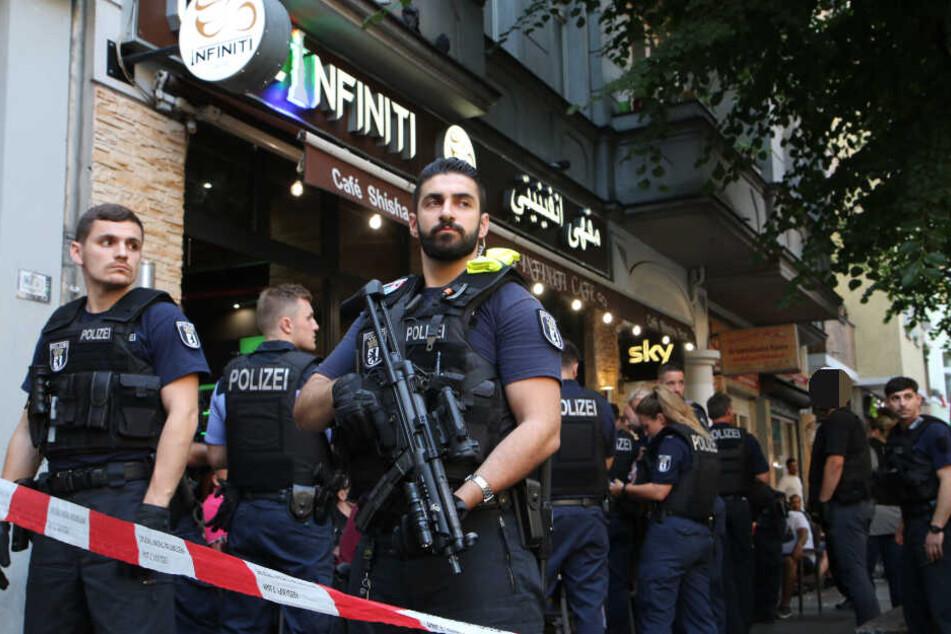 Vor dem Café Infiniti: Polizisten mit der MP im Anschlag.