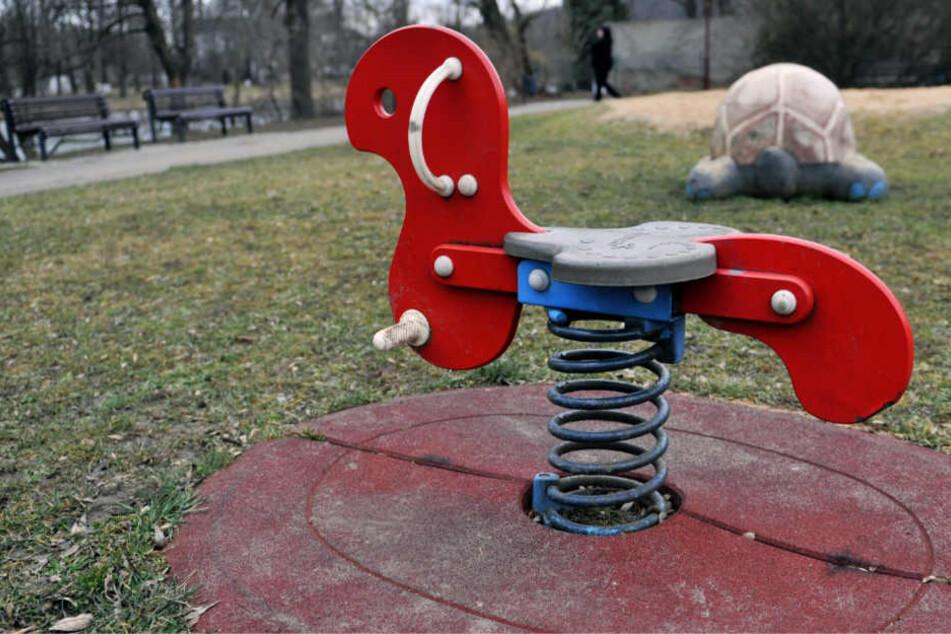 Der Mann saß mit heruntergelassener Hose am Rand des Spielplatz-Geländes (Symbolbild).