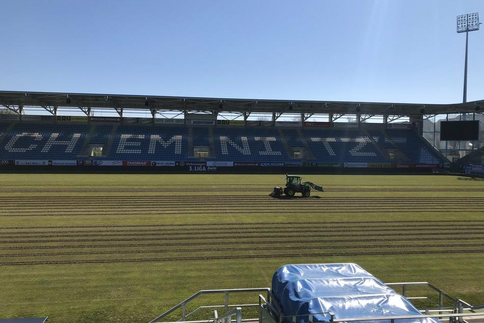 Die Pause wird genutzt. Der Rasen im Stadion des Chemnitzer FC wird derzeit auf Vordermann gebracht.