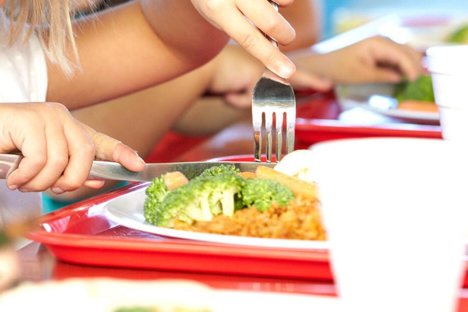 Die Polizei prüft, ob das Essen absichtlich vergiftet wurde (Symbolbild).