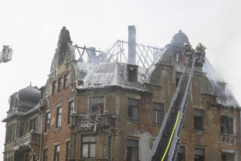 Der Dachstuhl des Mehrfamilienhauses brannte komplett aus.