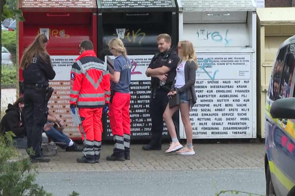 Polizei und Rettungsdienst kümmern sich um Kunden des Supermarktes.