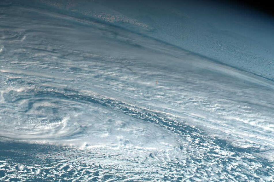 Fast nicht sichtbar ist der Feuerball des Meteors über dem Nord Pazifik.