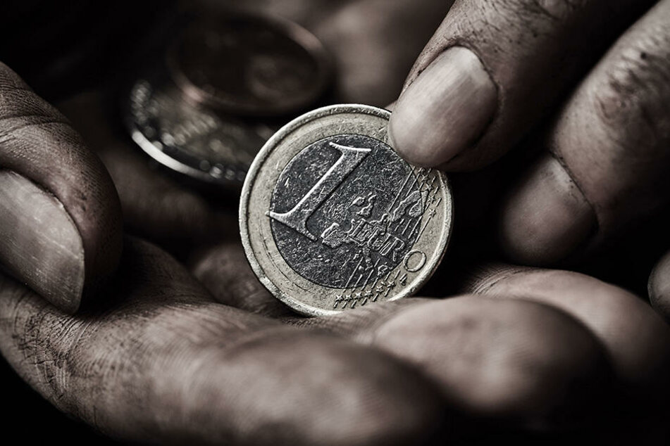 Der Dieb macht kaum Beute, bricht aber für ein paar Euro trotzdem in Keller ein. (Symbolbild)