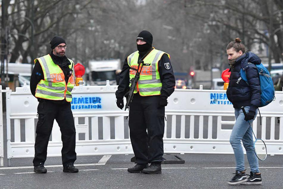 Polizisten sichern den Bereich rund um den Breitscheidplatz.