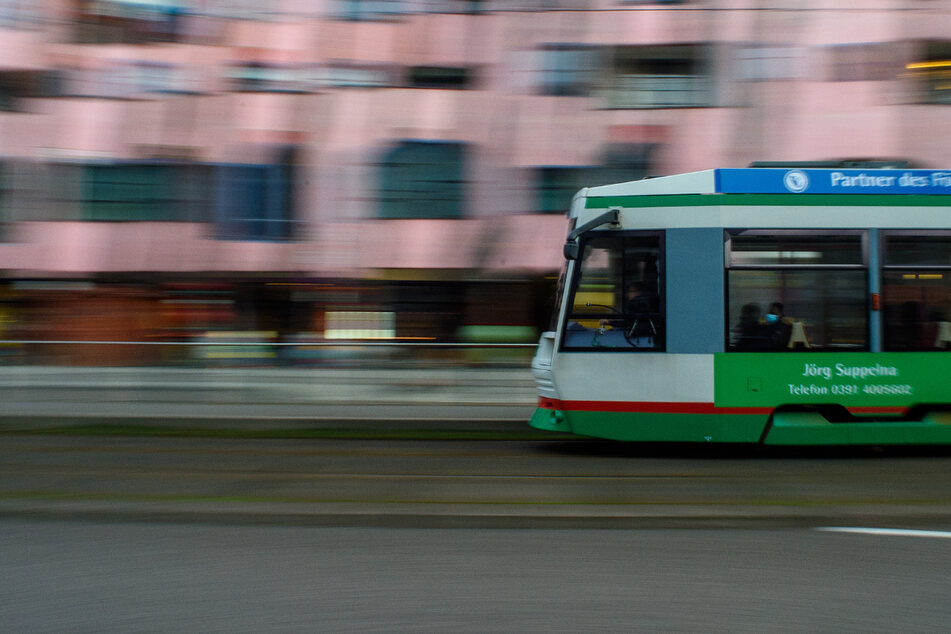 """Zeugen gesucht: """"Straßenbahn-Surfer"""" und Begleiter greifen Autofahrer an"""