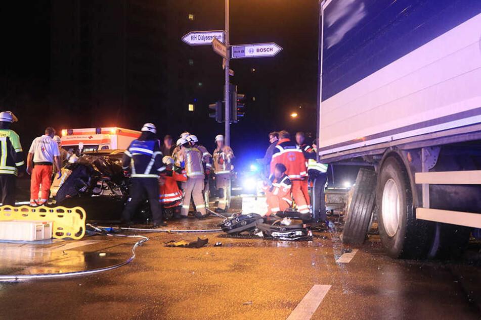 Der BMW ist mit voller Wucht in den Laster gekracht, die Hinterachse hat sich dabei verformt.